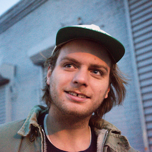 Mac DeMarco esegue